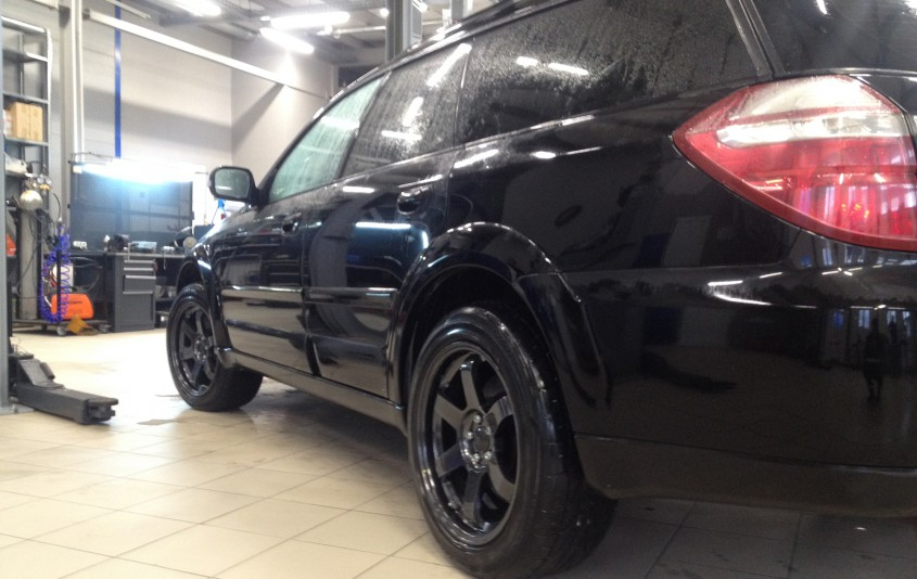 Черные STi тормоза на Subaru Legacy Outback